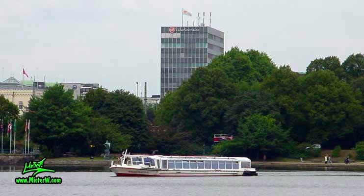 Photo of the Alsterdampfer Alsterschipper on the inner Alster lake (Binnen Alster) in Hamburg, summer 2003 The Alsterdampfer Alsterschipper on the inner Alster lake in Hamburg