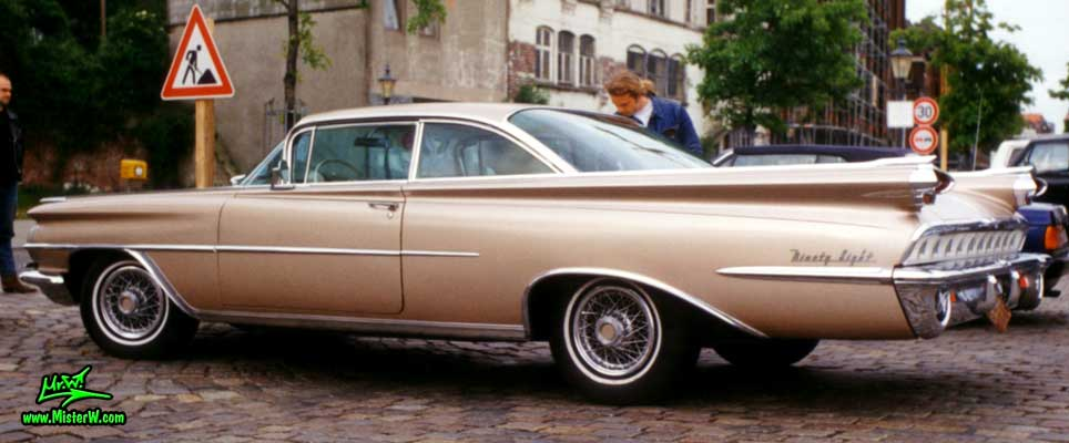 Photo of a gold brown 1959 Oldsmobile 2 Door Hardtop Coupe at a Classic Car Meeting on the St. Pauli Fischmarkt in Hamburg, Germany. 1959 Oldsmobile Ninety Eight Coupe Sideview