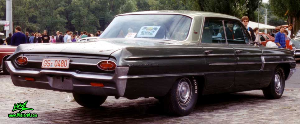 Photo of a olive 1962 Oldsmobile 4 Door Hardtop Sedan at a Classic Car Meeting in Germany. 1962 Oldsmobile Sideview